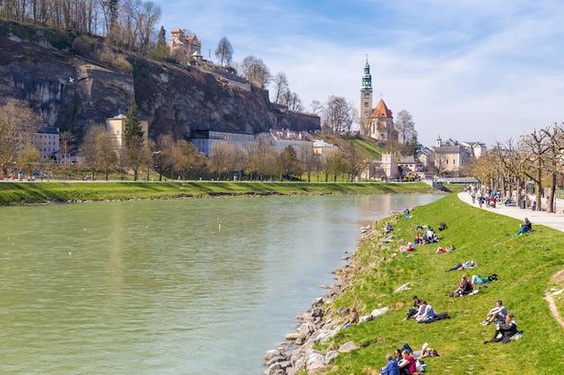 Salzbourg autriche 9 avril 2015 les gens traînent le long de la rivière par une belle journée de printemps