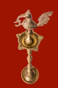 Samai ou samayee traditionnel indien, une forme typique de diya généralement composée de laiton, éclairée à l'aide de fil de coton trempé dans de l'huile où nous adorons dieu à la maison ou au temple, isolé sur fond uni