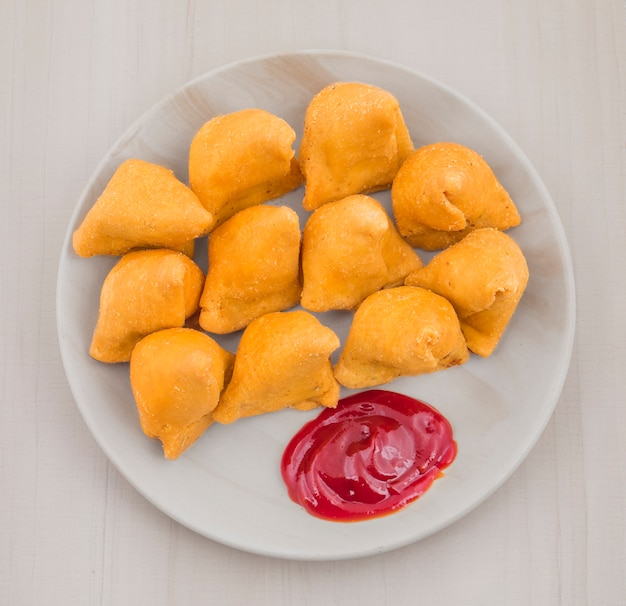 Samosa au chutney rouge sucré