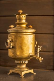 Samovar antique en laiton russe sur un bois