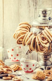 Samovar et thé avec des bagels. mise au point sélective.