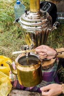 Samovar et vieille bouilloire en cuivre