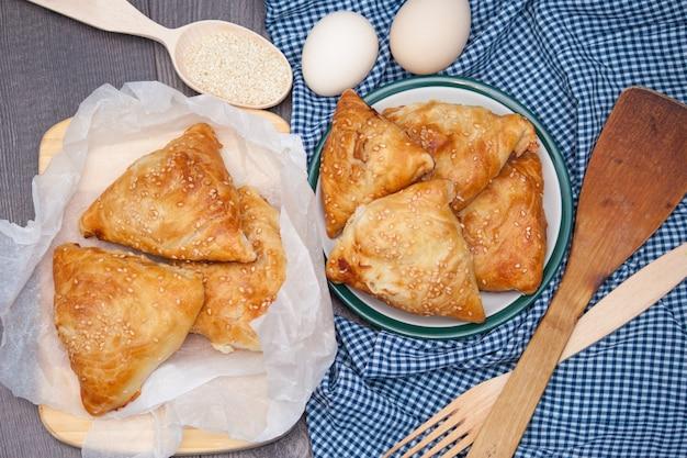 Samsa délicieux de cuisine indienne, asiatique ou samoses sur fond en bois. vue de dessus, plat poser.