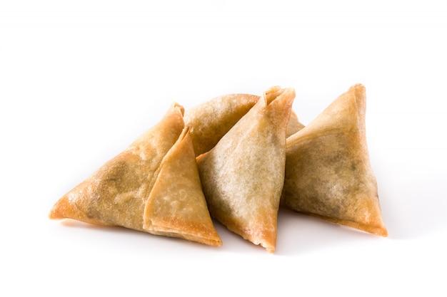 Samsa ou samosas avec viande et légumes isolés sur blanc.