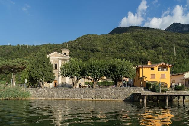 San felice, lombardie/italie - 19 septembre : petit village de san felice sur la rive orientale du lac d'endine en lombardie italie le 19 septembre 2015. personnes non identifiées