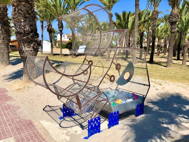 San javier espagne juin poubelle en métal pour plastique situé dans un parc public près de la plage photo de haute qualité