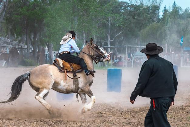 San rafael, argentine, 10 octobre 2021 ; gaucho argentin dans les jeux d'adresse créoles en patagonie argentine.