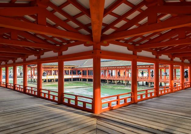 Le sanctuaire flottant sur la mer, le sanctuaire itsukushima à miyajima, au japon
