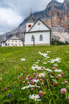 Le sanctuaire de santa croce sous sas dla crusc, dans les dolomites de val badia, italie