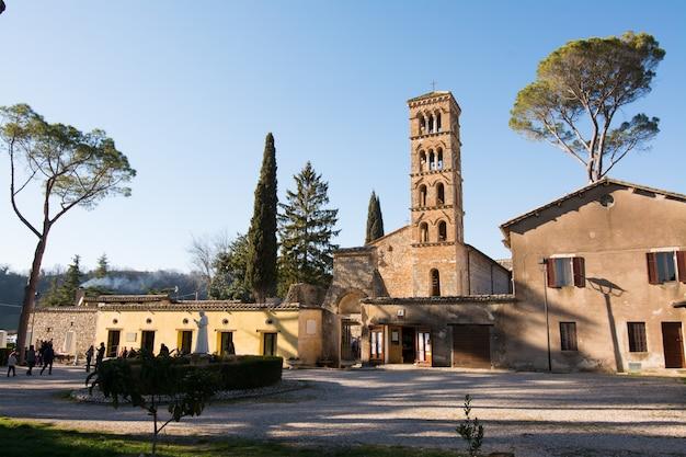 Sanctuaire de vescovio (latium, italie). église et clocher à sabina.