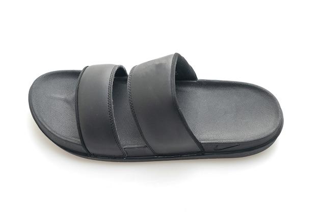 Sandales en cuir noir isolées sur une surface blanche