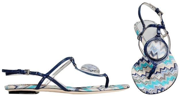 Sandales féminines. isolé sur un blanc