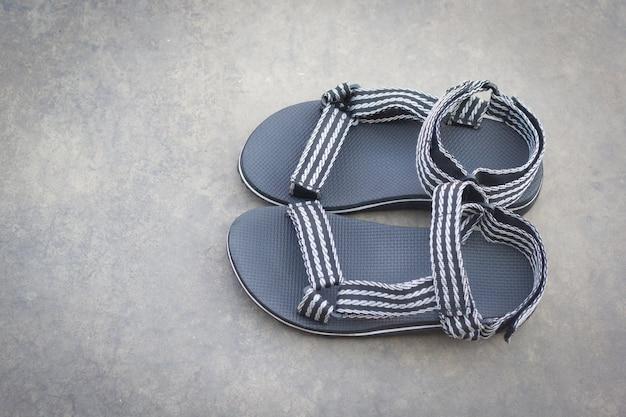 Sandales sur fond de béton
