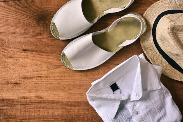 Sandales d'homme avec chapeau et chemise d'été