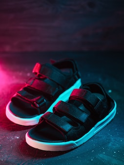 Sandales de mode pour hommes, fond de style néon
