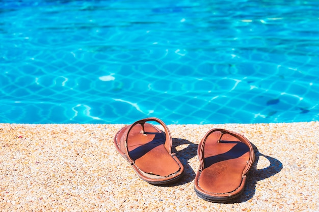 Sandales et piscine