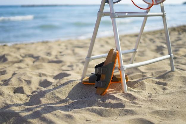 Sandales pour hommes sur la plage en été