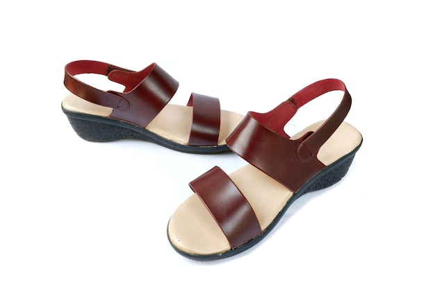 Sandales à talons hauts femme isolé sur fond blanc