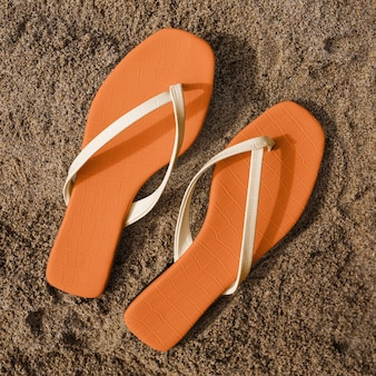 Sandales sur la vue aérienne de la mode estivale de la plage