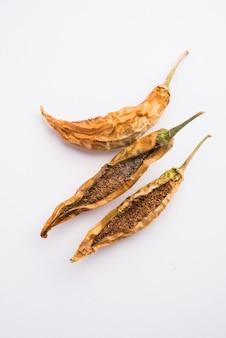 Sandgi mirchi ou piments verts farcis séchés, plat d'accompagnement populaire du maharashtrian