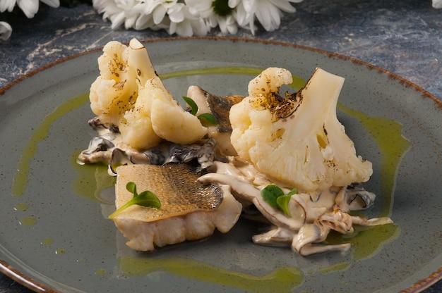 Sandre savoureux au four avec chou-fleur