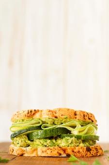 Sandwich à angle élevé avec concombre