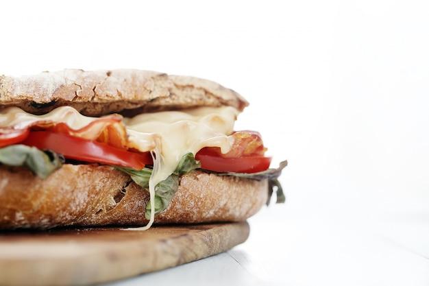 Sandwich au bacon et aux tomates grillées
