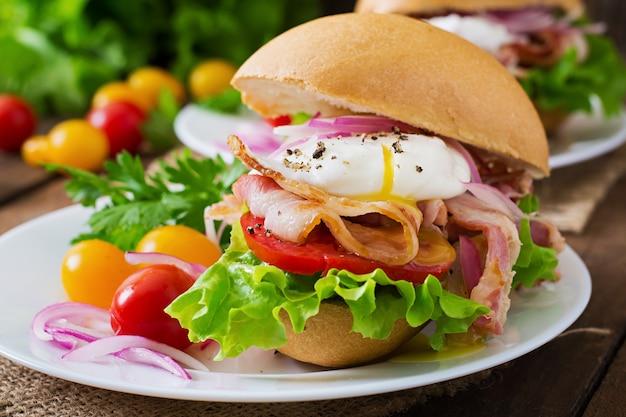 Sandwich au bacon et œuf poché