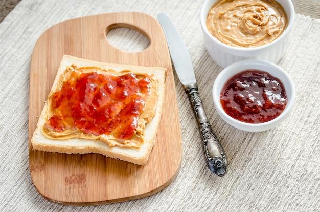 Sandwich au beurre d'arachide et à la gelée de fraise