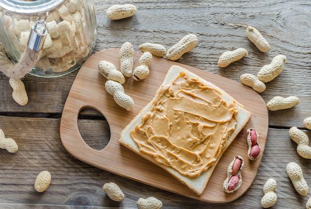 Sandwich au beurre d'arachide sur la planche de bois
