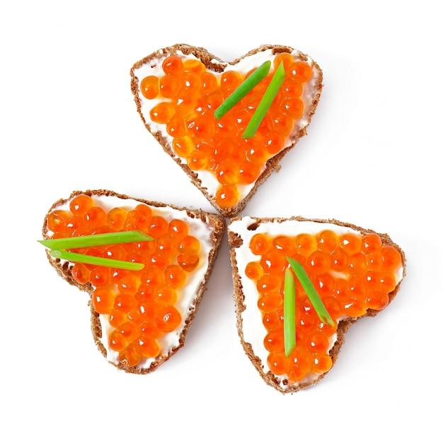 Sandwich au caviar rouge en forme de coeur