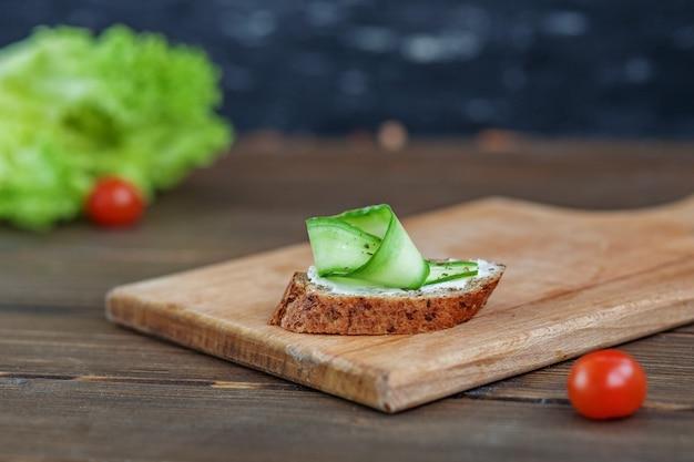 Sandwich au concombre et fromage feta en planche de bois. le con