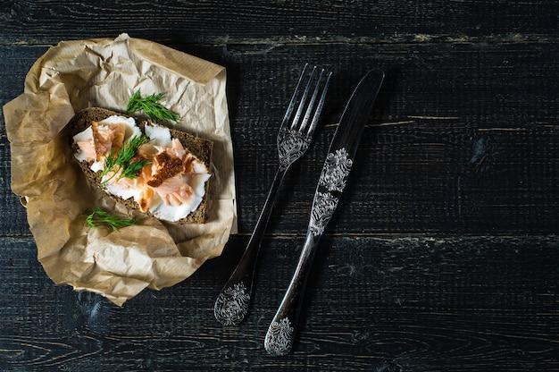 Sandwich au filet de saumon fumé sur pain noir au fromage à pâte molle