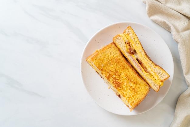 Sandwich au fromage bacon jambon pain doré maison avec oeuf