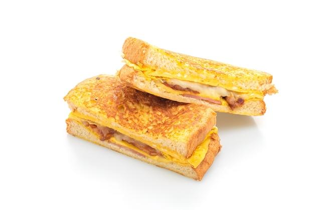 Sandwich au fromage bacon jambon pain français avec oeuf isolé sur fond blanc