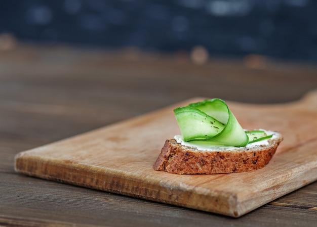 Sandwich au fromage feta, concombre et pain de seigle. vue de dessus.