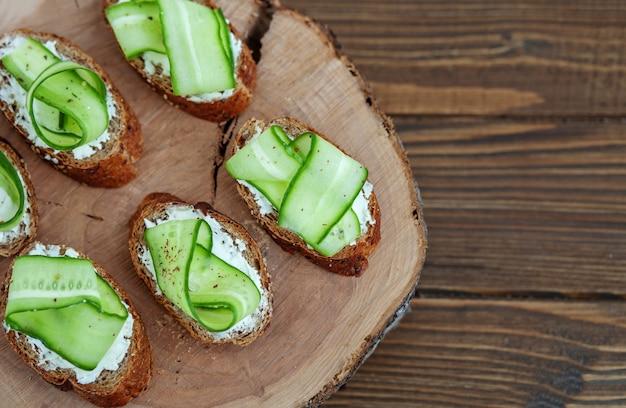 Sandwich au fromage feta et concombre sur une planche de bois. top vi