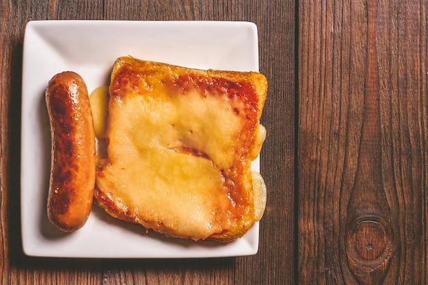 Sandwich au fromage fondu et saucisses frites