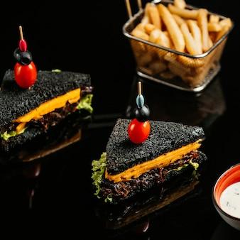 Sandwich au fromage et pain noir