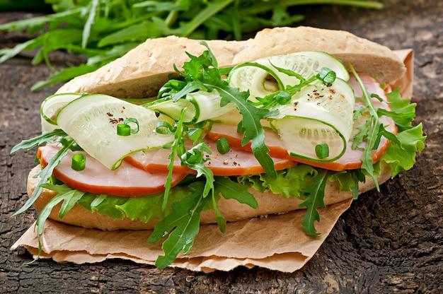 Sandwich au jambon et aux herbes