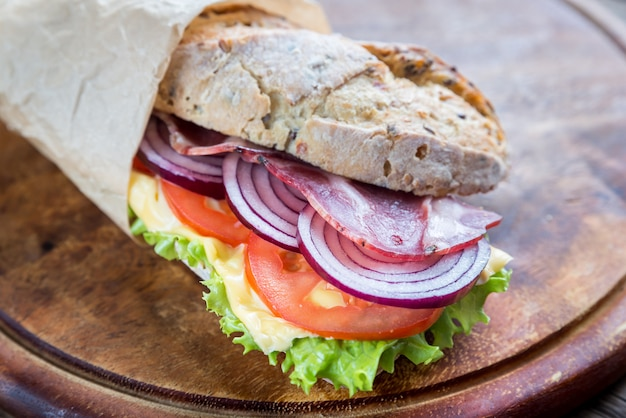 Sandwich au jambon, fromage et légumes frais