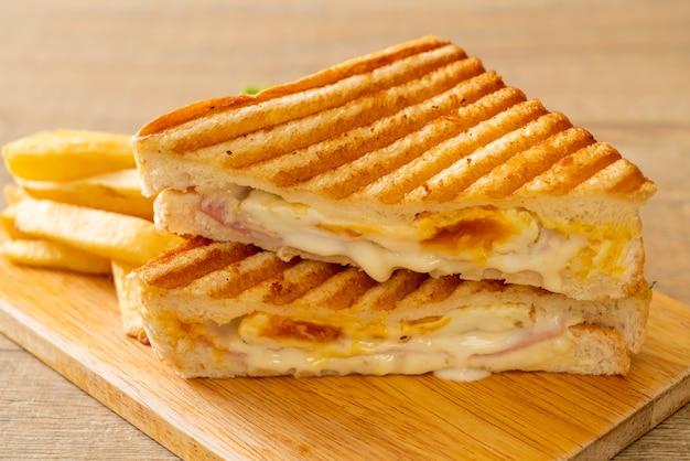 Sandwich au jambon et fromage avec oeuf et frites