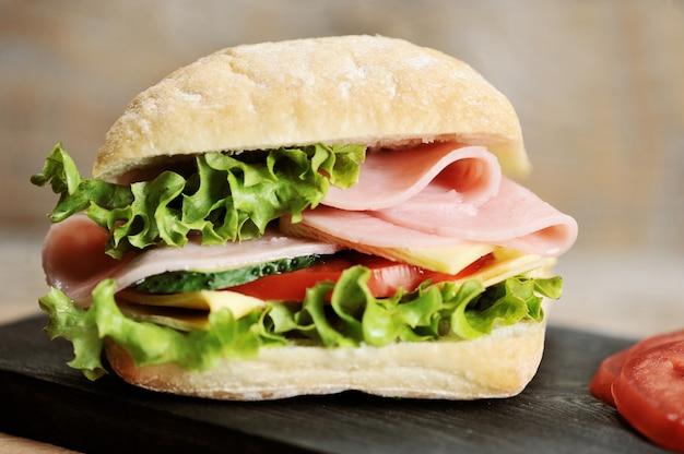 Sandwich au jambon et fromage sur planche de bois