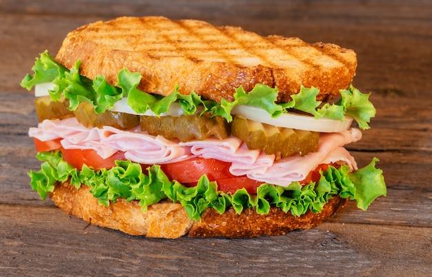 Sandwich au jambon, laitue et tomates
