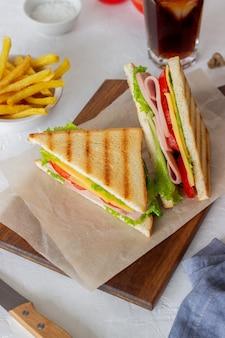 Sandwich au jambon, salade, tomates et fromage. cuisine américaine. fast food.