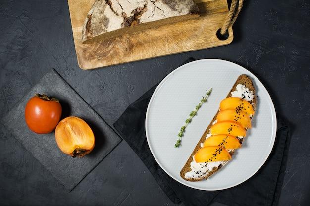 Sandwich au kaki et au fromage à pâte molle