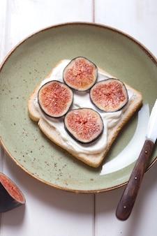 Sandwich au mascarpone et figues sur la plaque. alimentation biologique