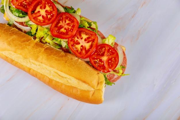 Sandwich au pain ciabatta avec salami, fromage et légumes