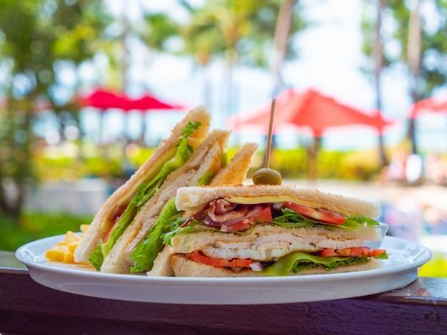 Sandwich au petit déjeuner en assiette blanche
