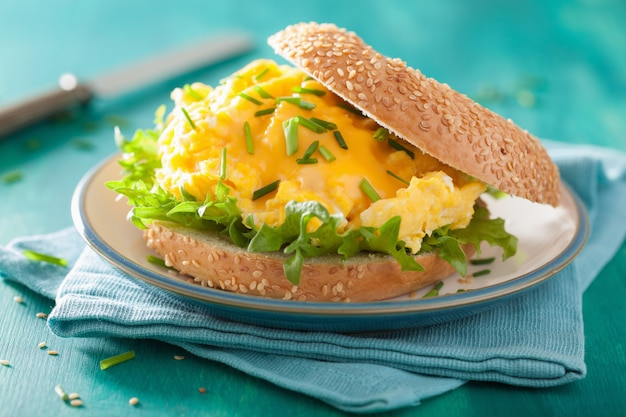 Sandwich au petit déjeuner sur bagel avec laitue aux œufs